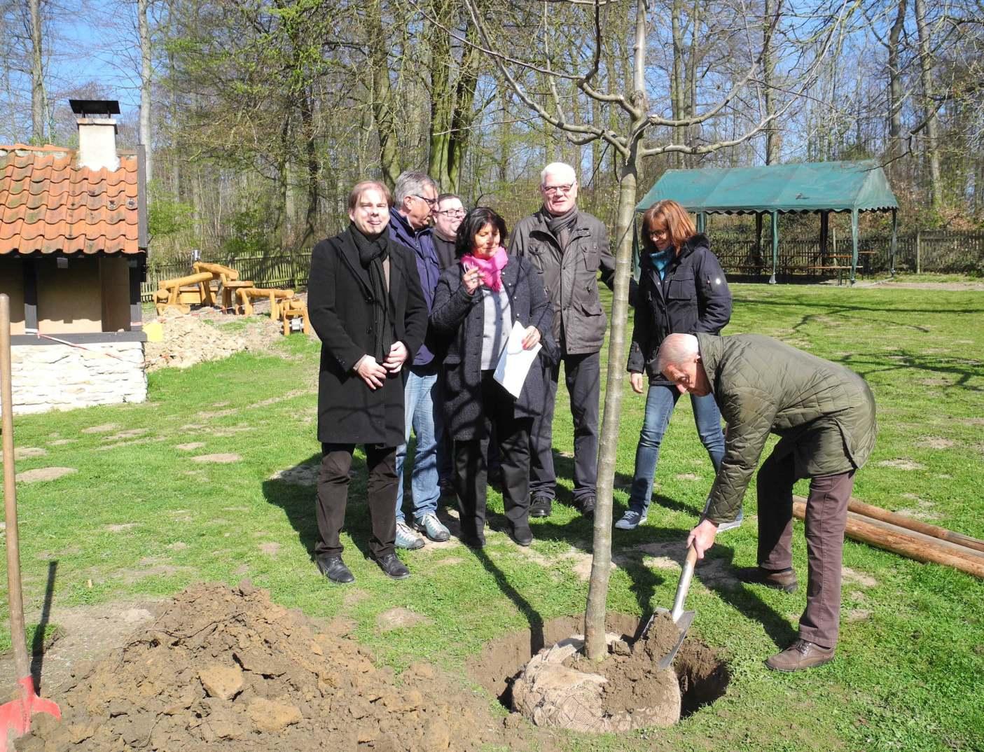 Apfelbaum zu Ehren von Eberhard Delius